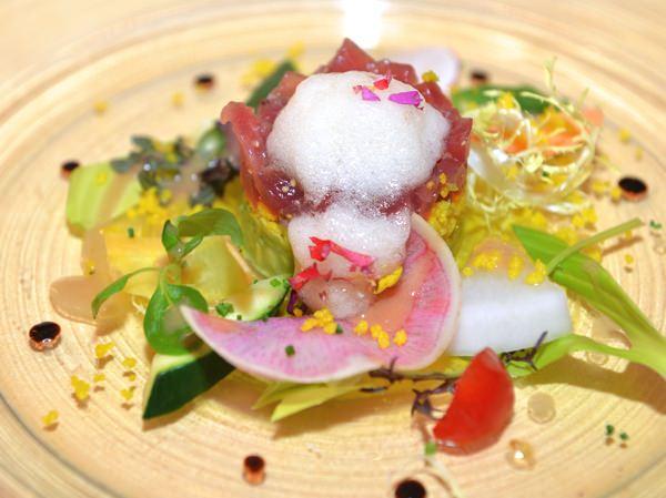 マグロとアボカドのタルタル 白醤油のエスプーマ  彩り野菜のサラダ