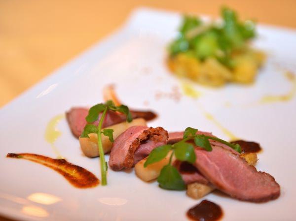 鴨胸肉のロースト、バターナッツスクアッシュとポテト、  キヌアのマッシュ コリアンダーガーリックソース