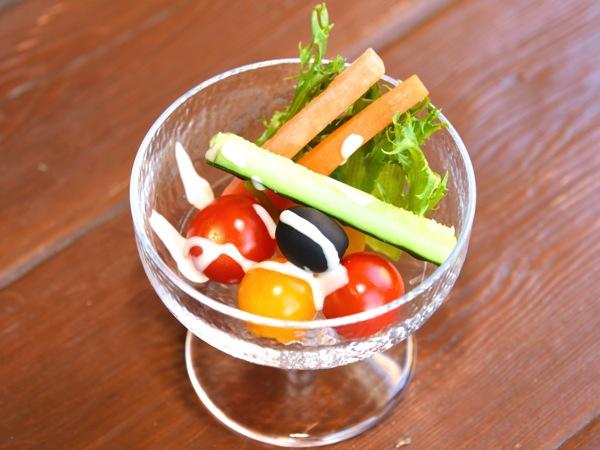 ミニトマトと野菜のカクテル仕立て、アンチョヴィソース