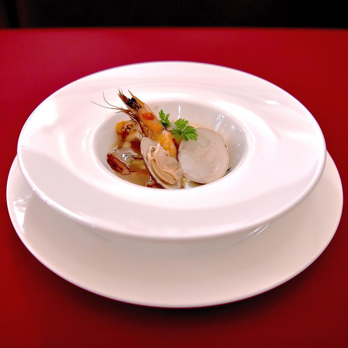 真鯛と海老と蛤のアンサンブル、ベルモット風味の帆立貝ブロス
