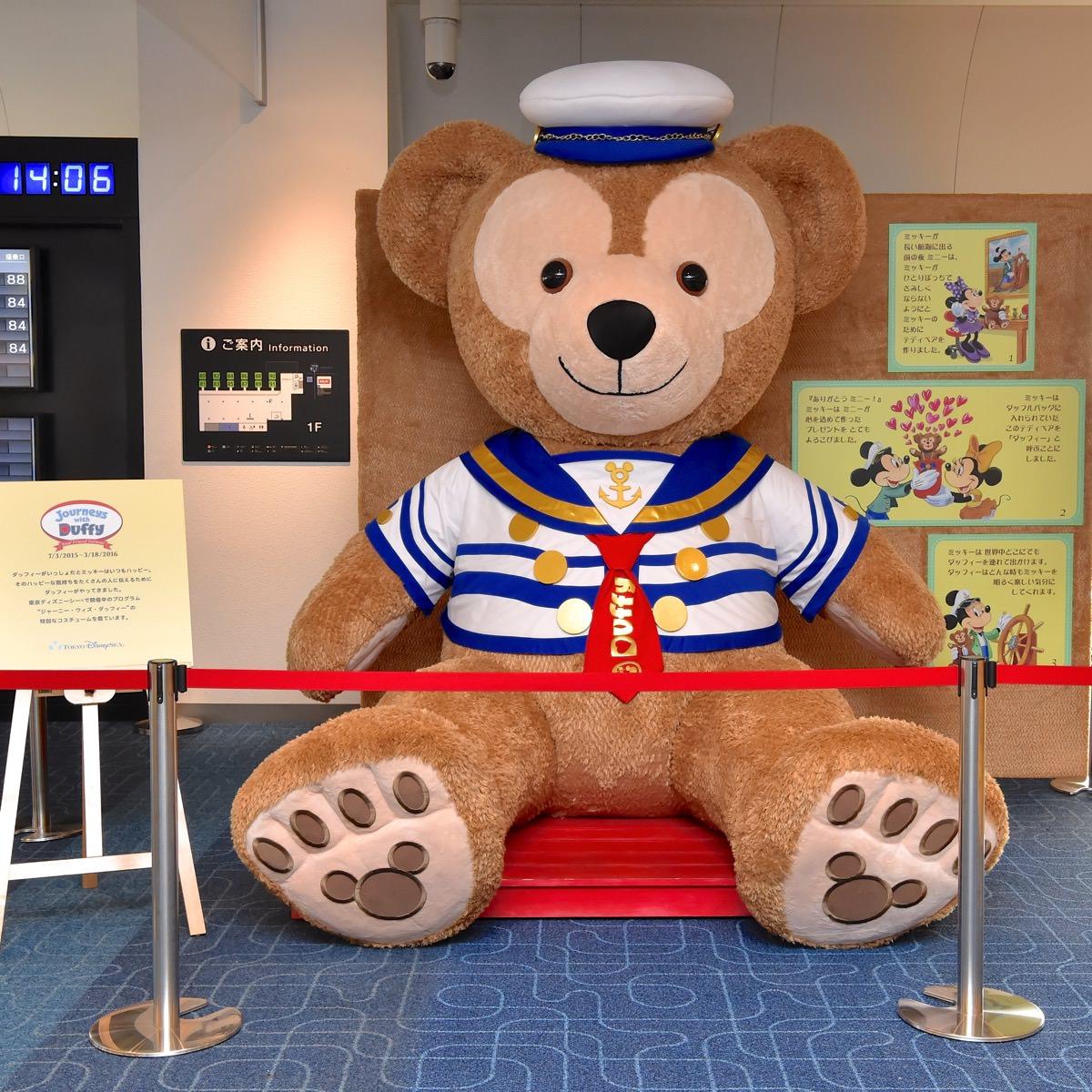 羽田空港巨大ダッフィーディスプレイ