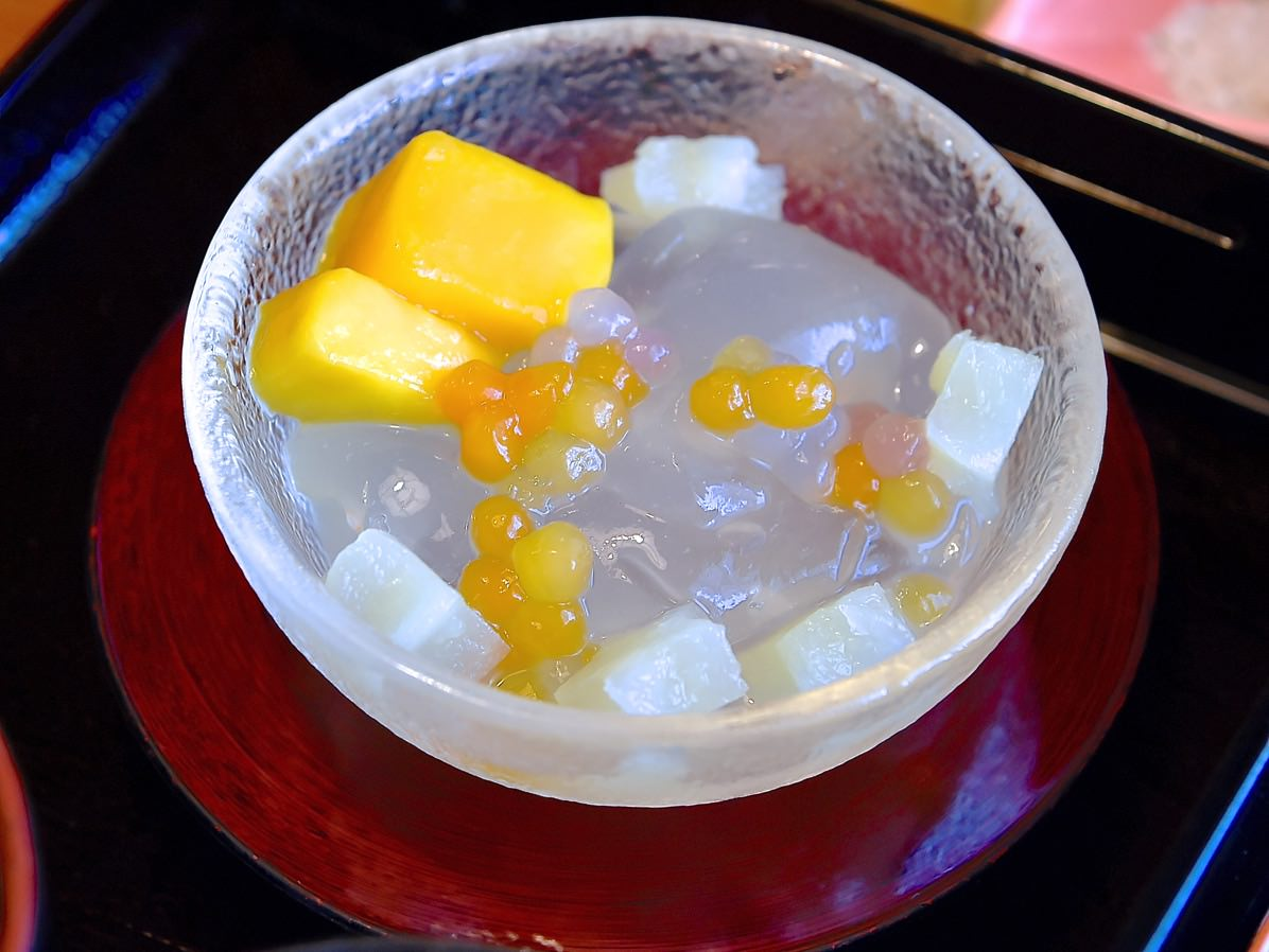 柚子ゼリーと水わらび餅、星形パイナップルとマンゴー添え