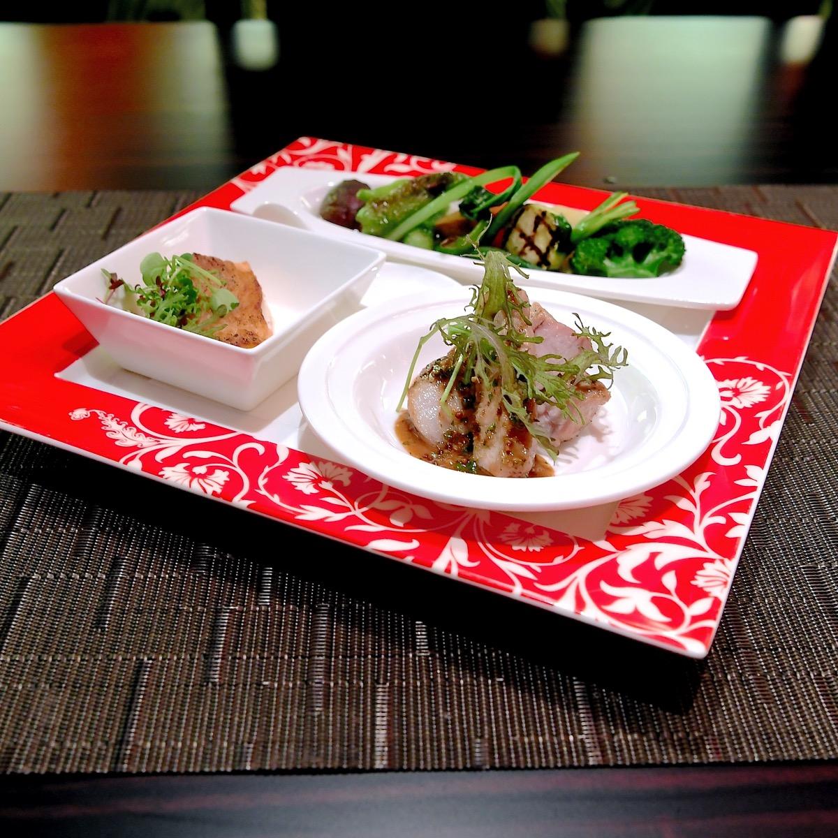 本日の魚のポワレ  ポークのグリル ジンジャーハニーソース  彩り野菜 大葉とバジルシードの餡
