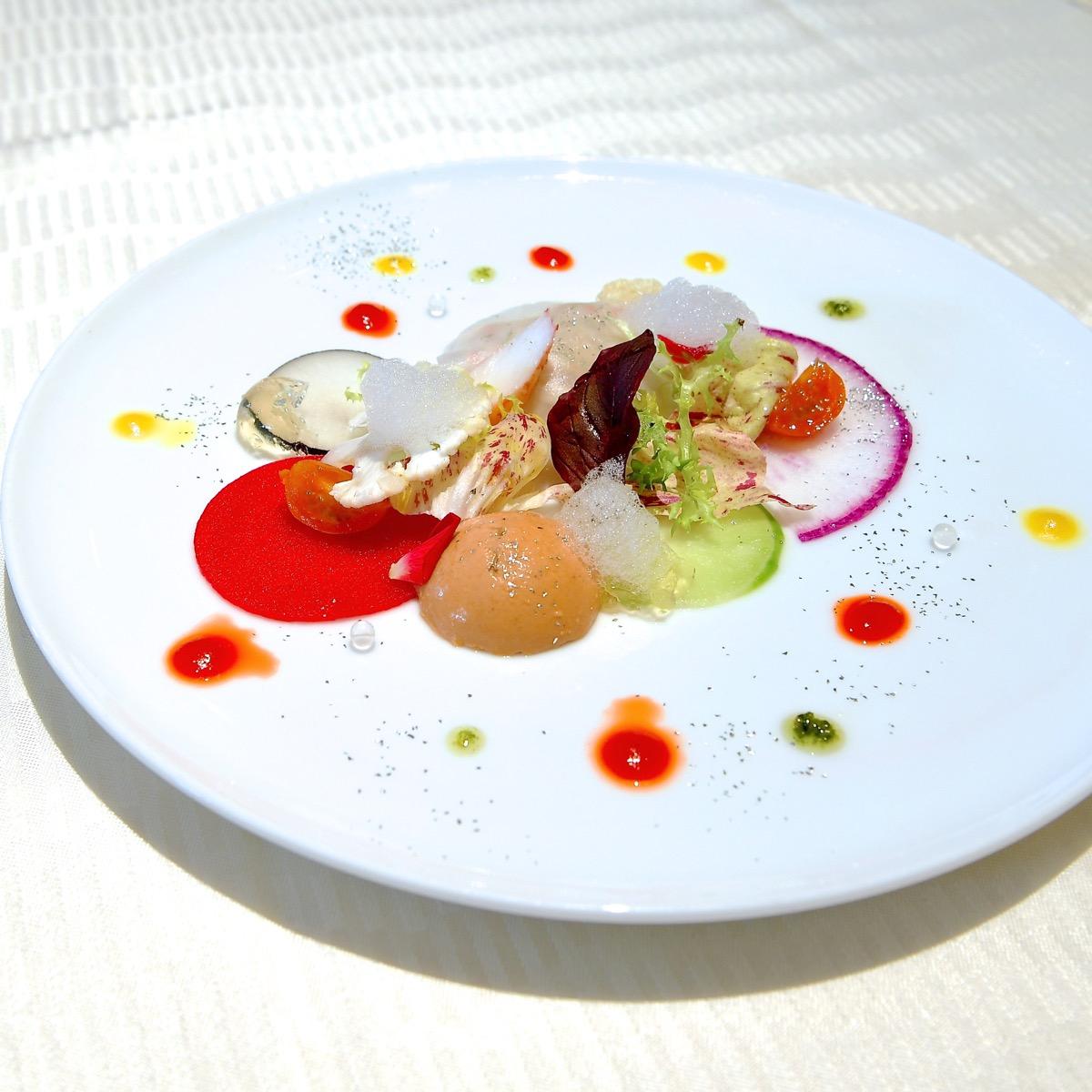 タラバ蟹と蕪のラヴィオリ仕立てと  オマール海老のブランマンジェ  柚子のフォームとパプリカソース