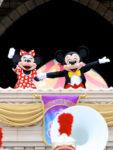 ゲストに手を振るミッキー&ミニー