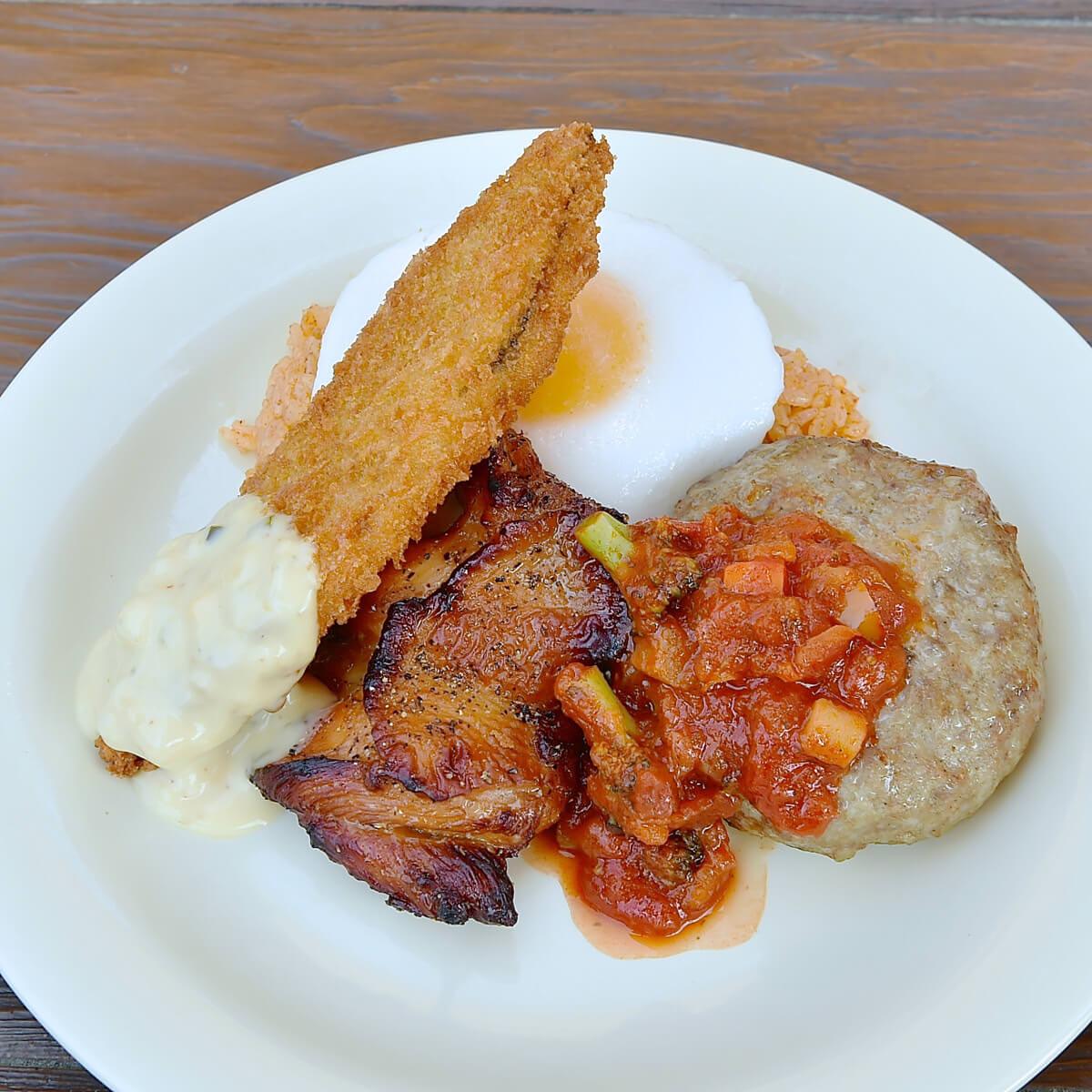 トマトソースハンバーグ、ローストチキン、白身魚のフライ メキシカンライスとエッグ添え