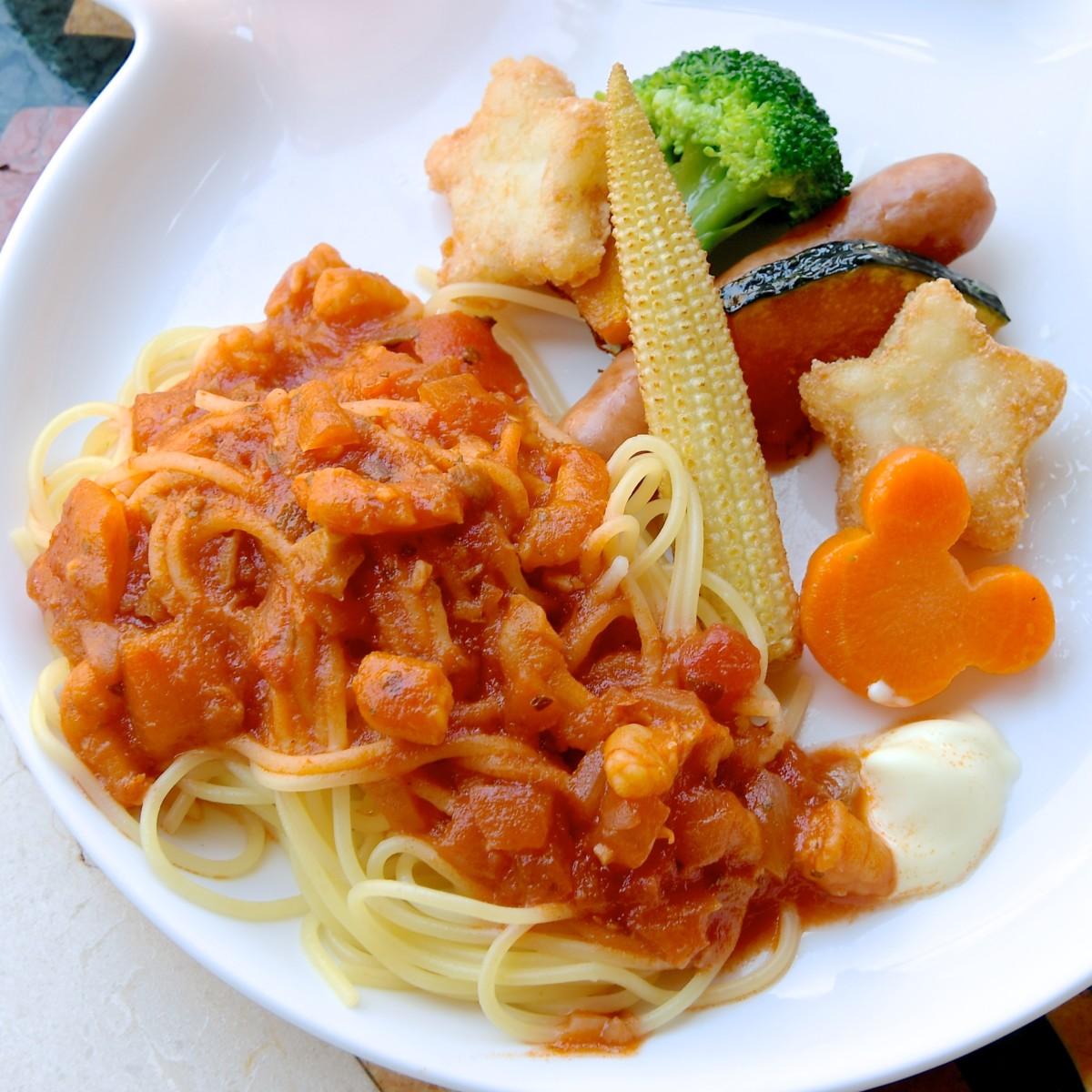 シュリンプ入りトマトソースのスパゲッティーニ、 ソーセージ、ハッシュドポテト、ブロッコリー、カボチャ、ヤングコーン、ニンジン