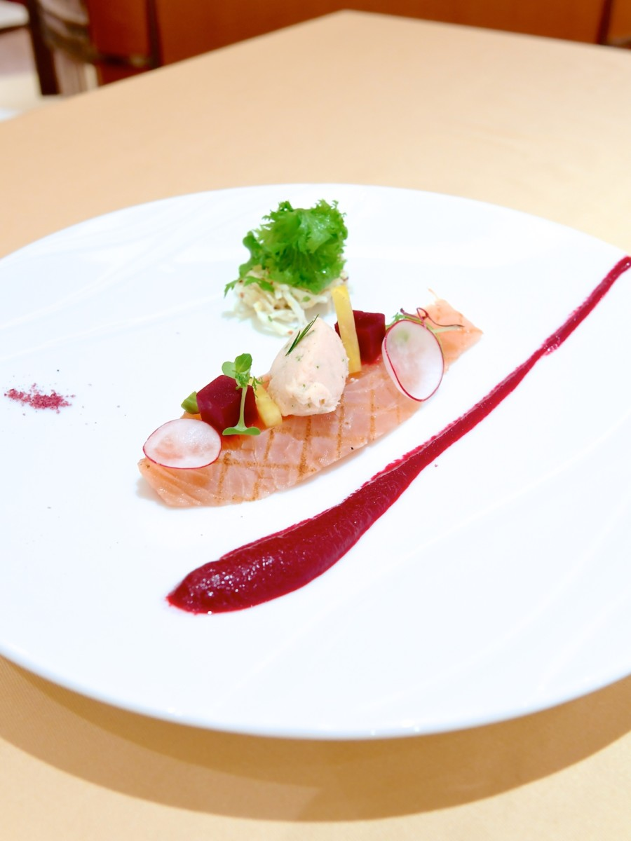 サーモンのグリルマリネと根セロリのサラダ ラズベリー風味のビーツソース