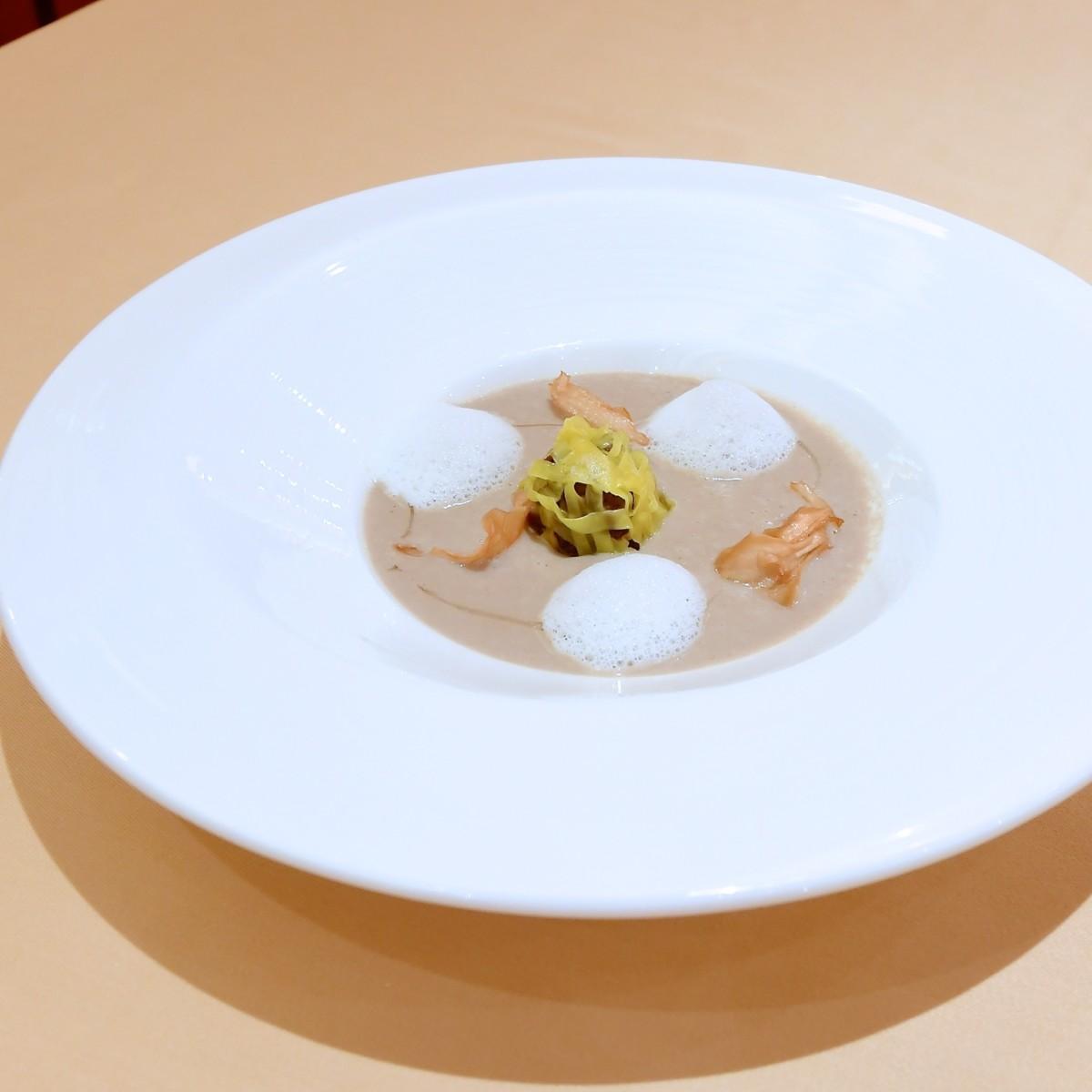 キノコのクリームスープ 牛頬肉のラビオリ仕立てを浮かべて