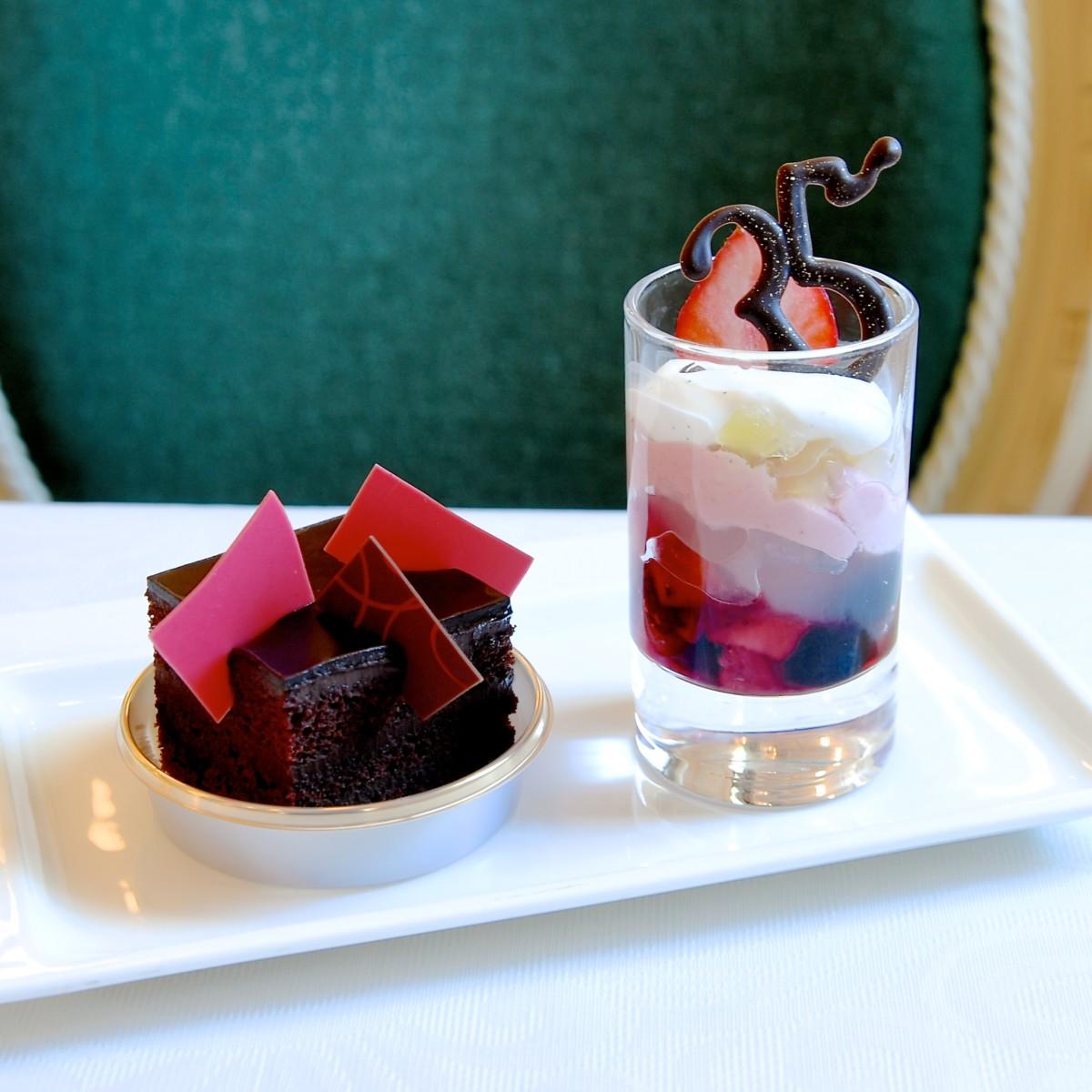 ライチージュレとミックスフルーツのグラスデザートとチョコレートケーキ