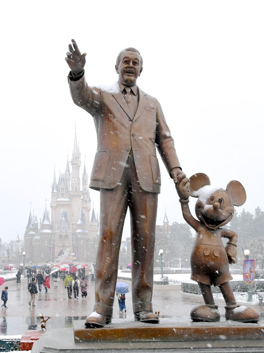 ウォルト・ディズニーとミッキーマウスの銅像