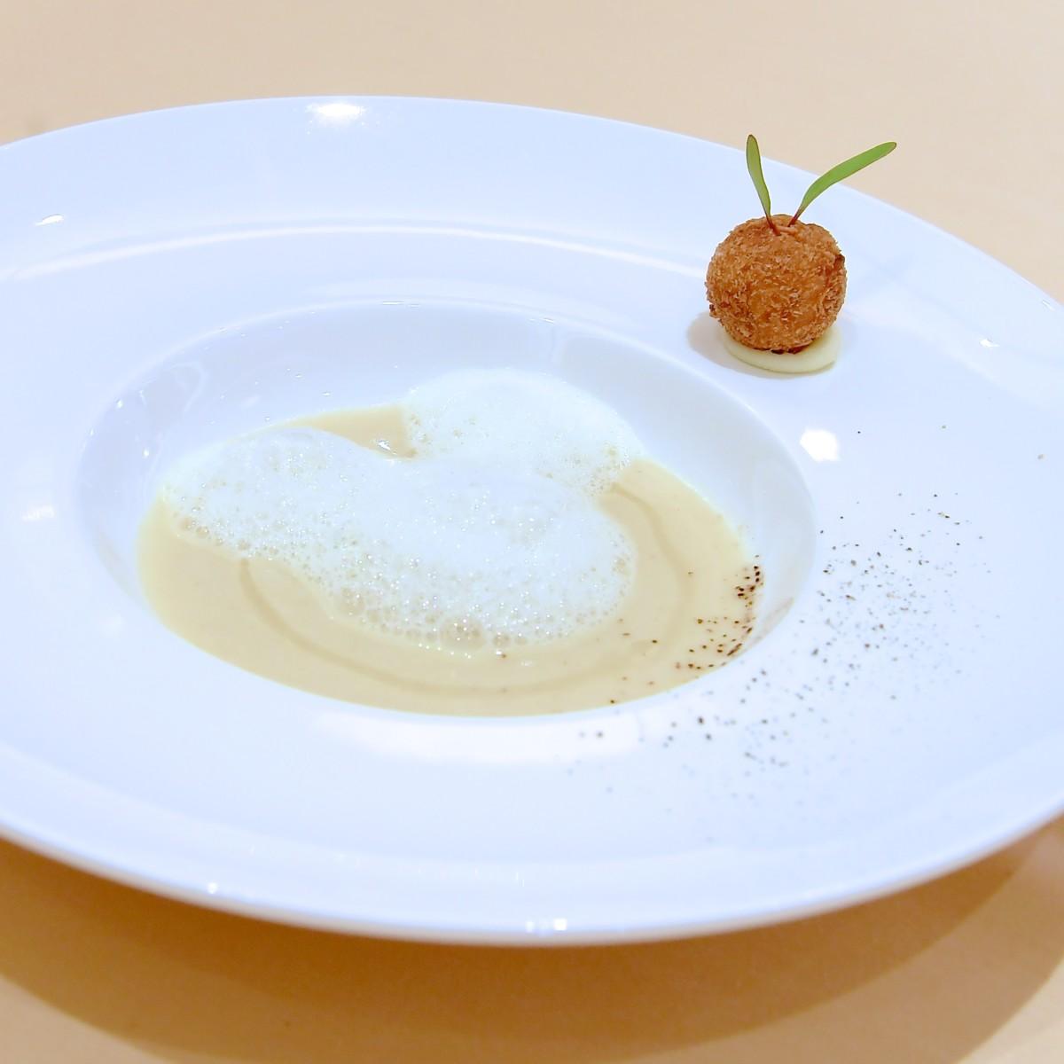 新玉葱とポロネギのスープ ヘーゼルナッツを纏ったポム・ドフィーヌを添えて