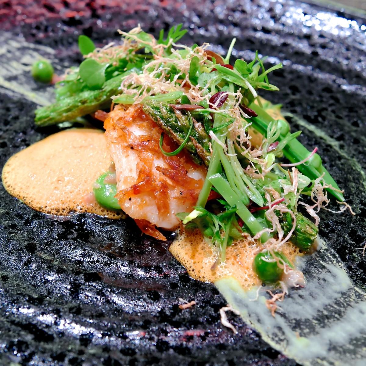 燻製桜海老を纏った的鯛とアスパラガスのソテー 空豆のブレゼと新生姜のフリット アップ