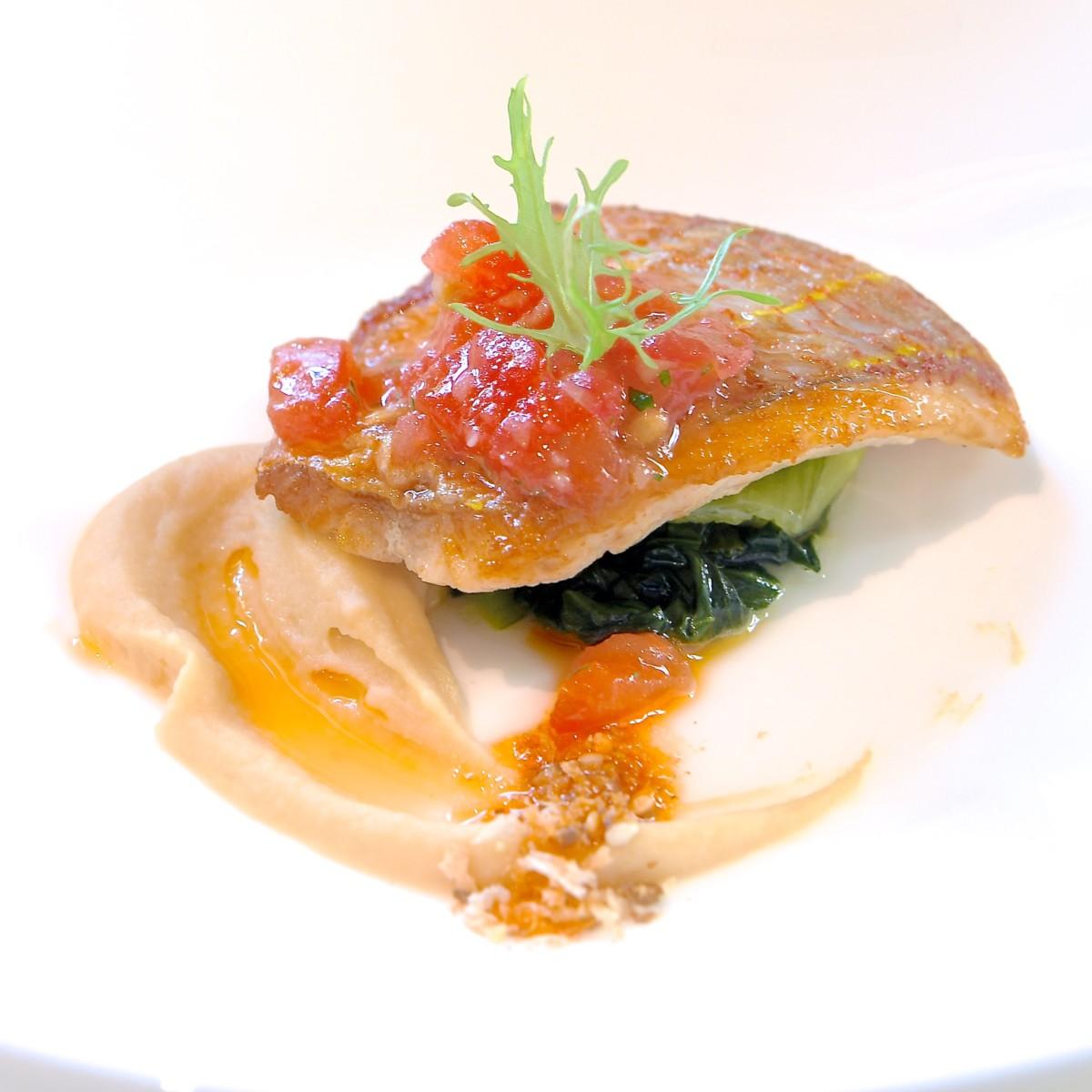 イトヨリ鯛のポワレ ヒヨコ豆のピュレとデュカスパイス
