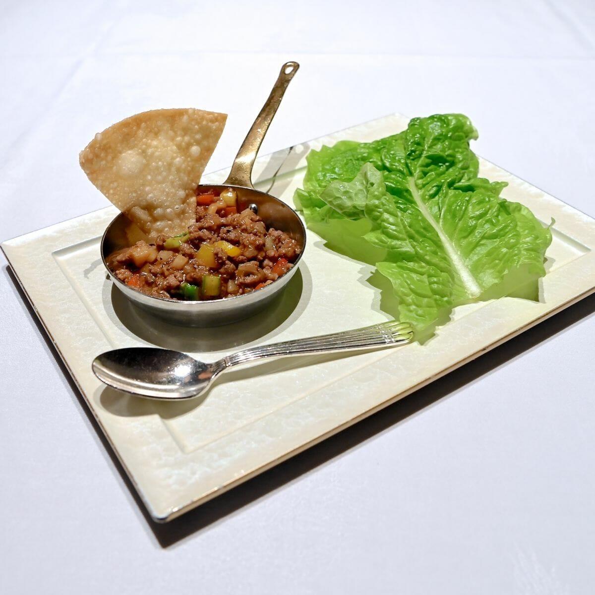 牛挽肉と野菜のブラックペッパーソース サンチュ添え
