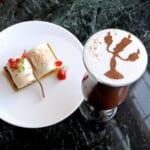 プリンセスケーキセットとドリーマーズ・ラウンジ オリジナルコーヒー(アイスカフェモカ ア・ラ・ディズニー)『美女と野獣』「ルミエール」
