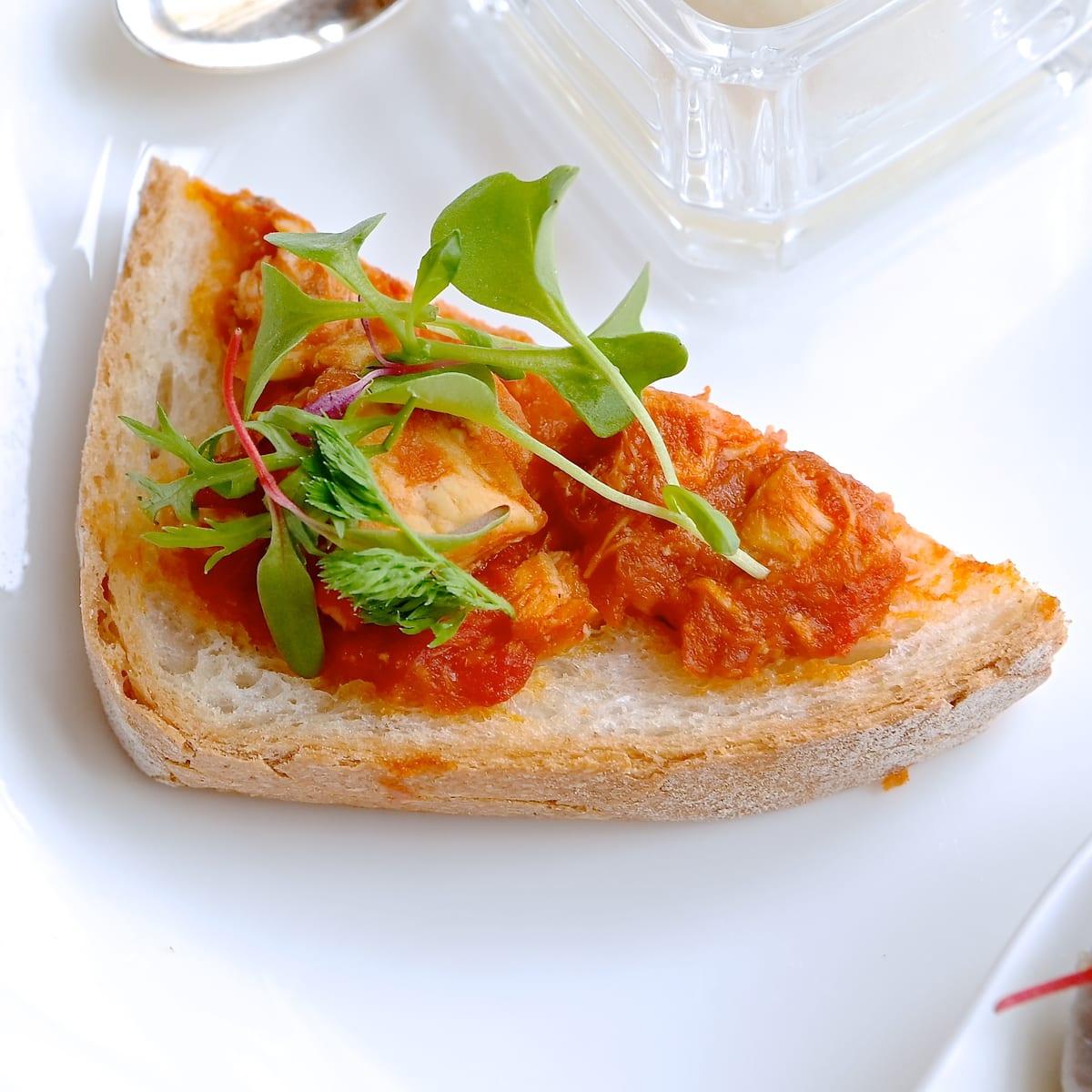 メカジキのトマト煮のクロスティーニ