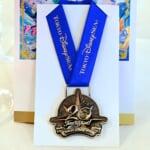 """""""東京ディズニーシー20周年:タイム・トゥ・シャイン!""""ボトルワインスーベニアメダル付き"""